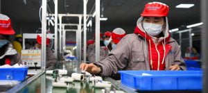 Assembly line workers in China: A new law forces companies to also monitor the human rights situation at their suppliers.